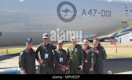AVALON FLUGHAFEN, Australien (3. März 2017) Lt. j.g. Jordan Waite, Lt. j.g. Jordan Stills, und Ens. Brooke Williams pose mit einer Royal Australian Air Force (RAAF) Geschwader vor einem Australischen P-8 A. Patrol Squadron 10 (VP-10) schickte eine Loslösung der Roten Lancers nach Australien zu präsentieren die P-8A in die Avalon Airshow. (U.S. Marine Foto von Masse Kommunikation 3. Klasse Nathan Morin/Freigegeben) - Stockfoto