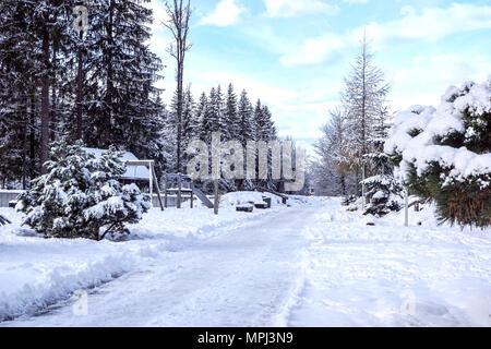 Kinderspielplatz im Winter mit Schnee bedeckt. - Stockfoto