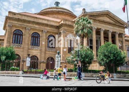 Palermo, Italien - April 2018: Street Artist macht Seifenblasen auf der Straße an der Piazza Giuseppe Verdi, vor dem Opernhaus, Teatro Massimo. - Stockfoto