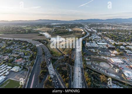 Luftaufnahme der Ventura 101 und San Diego 405 Autobahnen an den Sepulveda Becken im San Fernando Valley Gegend von Los Angeles, Kalifornien. - Stockfoto
