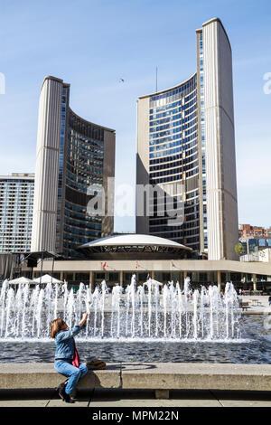 Kanada, Toronto, Nathan Phillips Square, Rathaus, Gebäude, kommunale Regierungsgebäude, modernes Hochhaus, erhebt Wolkenkratzer Hochhaus - Stockfoto