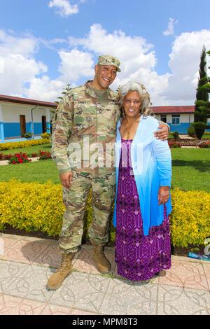 """Master Sgt. Bakaffa Casey, einem IT-Manager mit US-Armee Afrika, und seine Mutter, Ferehiout Alemayehu Casey, der ihm nicht in seit 1999 gesehen hat, posieren für ein Foto nach dem Mittagessen im """"Peace Support Training Centre in Addis Abeba, Äthiopien. Casey war in der Lage, mit seiner Mutter zu vereinen und erweiterten Familie, weil er hier für gerechtfertigt Accord 17, März 20-24, 2017 abgehalten wurde, war. JA 17 ist eine jährliche einwöchige gemeinsame Ausübung, die zusammen bringt US-Armee, werden die afrikanischen Partner, Verbündete und internationale Organisationen für die Interoperabilität zwischen fördern Stockfoto"""