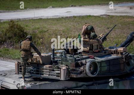 Major General John K. Liebe, ganz rechts, und SSgt. William Spannader, Links, für den Bereich Safety Officer warten die Waffensysteme an eine M1A1 Abrams Panzer in Camp Lejeune, N.C., April 5, 2017 zu löschen. Liebe Zeit für die Interaktion mit den Marines der Bravo Company, 2. Tank Bataillon beim Steuern eines Tanks und seiner verschiedenen Waffensystemen. Liebe ist der kommandierende General des 2nd Marine Division und Sehnen ist ein Tank crewman mit 2. Tank Bn. (U.S. Marine Corps Foto von Sgt. Anthony Mesa) - Stockfoto