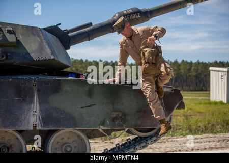 Major General John K. Liebe springt unten von einem M1A1 Abrams Panzer in Camp Lejeune, N.C., April 5, 2017. Liebe Zeit für die Interaktion mit den Marines der Bravo Company, 2. Tank Bataillon beim Steuern eines Tanks und seiner verschiedenen Waffensystemen. Liebe ist der kommandierende General des 2nd Marine Division. (U.S. Marine Corps Foto von Sgt. Anthony Mesa) - Stockfoto