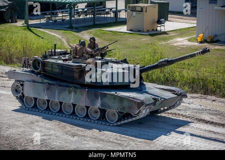 Major General John K. Liebe, Links, spricht mit SSgt William Spannader, rechts, auf einem M1A1 Abrams Panzer in Camp Lejeune, N.C., April 5, 2017. Liebe Zeit für die Interaktion mit den Marines von Bravo Co., 2. Tank Bataillon beim Steuern eines Tanks und seiner verschiedenen Waffensystemen. Liebe ist der kommandierende General des 2nd Marine Division und Sehnen ist ein Tank crewman mit 2. Tank Bn. (U.S. Marine Corps Foto von Sgt. Anthony Mesa) - Stockfoto