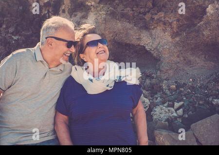 Ältere Konzept der schönes Leben lächelnden Blick in die Sonne mit einem Felsen im Hintergrund bleiben für immer zusammen leben anjoying - Stockfoto