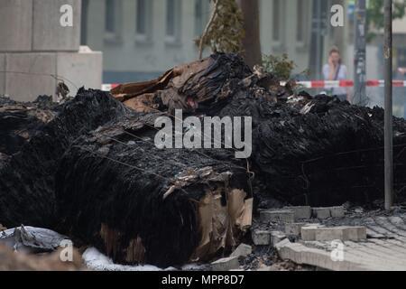 24. Mai 2018, Deutschland, Dresden: Rauch steigt aus den Überresten von Isoliermaterial an der Stelle, wo ein WWII Bombe gefunden wurde. Die Bombe ist jetzt sicher gemacht worden. Foto: Sebastian Kahnert/dpa-Zentralbild/dpa Quelle: dpa Picture alliance/Alamy leben Nachrichten - Stockfoto