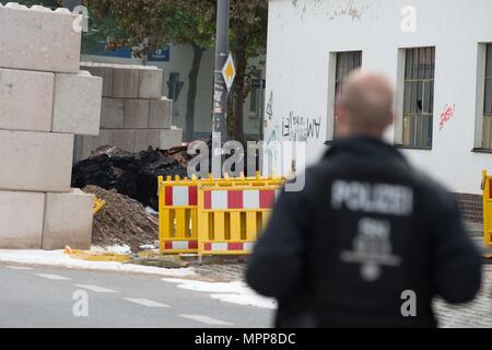 24. Mai 2018, Deutschland, Dresden: ein Polizist an der Stelle, wo ein WWII Bombe gefunden wurde. Die Bombe ist jetzt sicher gemacht worden. Foto: Sebastian Kahnert/dpa-Zentralbild/dpa Quelle: dpa Picture alliance/Alamy leben Nachrichten - Stockfoto