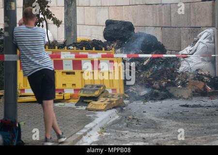 24. Mai 2018, Deutschland, Dresden: ein Mann nimmt eine Fotografie an der Stelle, wo ein WWII Bombe gefunden wurde. Die Bombe ist jetzt sicher gemacht worden. Foto: Sebastian Kahnert/dpa-Zentralbild/dpa - Stockfoto