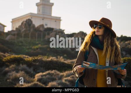 Italien, Sardinien, Frau mit Karte auf eine Wanderung - Stockfoto