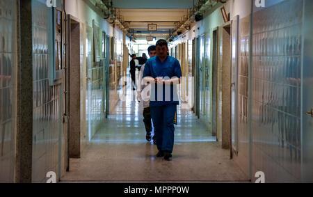 Ein Mitarbeiter von Kabul National Military Hospital führt Visite in Kabul, Afghanistan, April 1; damit Patienten erhalten benötigte ärztliche Hilfe bei der Restaurierung und Erneuerung. Verbesserungen sind verbesserte medizinische Geräte, erhöhte Sicherheitsmaßnahmen und Patientenversorgung auf höchstem Niveau. - Stockfoto