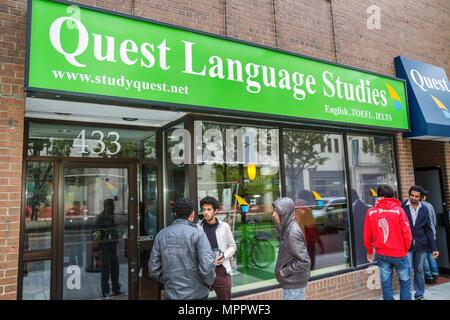 Toronto Kanada Ontario Yonge Street Schaufenster Sprache Schule Quest Language Studies Geschäft Lehren lernen Englisch - Stockfoto
