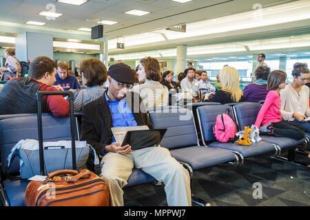 Kanada, Toronto, Lester B. Pearson International Airport, YYZ, Luftfahrt, Terminal, Gate, warten, Passagiere Passagiere Fahrer, Black Blacks, Afrika - Stockfoto