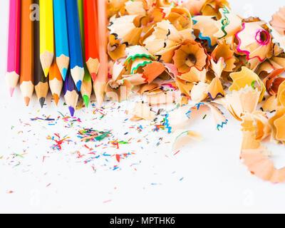 Bunte Bleistifte mit bunten Bleistift Späne auf weißem Hintergrund. Zurück zum Konzept der Schule. - Stockfoto
