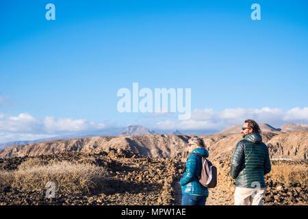 Ältere Mutter und 45-jährige Sohn verbringen die Zeit zusammen zu Fuß auf einem isolierten Weg. Teneriffa Berge für einen alternativen Urlaub. Im freien malerischen Plac - Stockfoto
