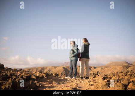 Ältere Mutter und 45-jährige Sohn verbringen die Zeit zusammen zu Fuß auf einem isolierten Weg. Outdoor Freizeitaktivitäten Aktivität in einer felsigen Bergen und schönen Ort - Stockfoto