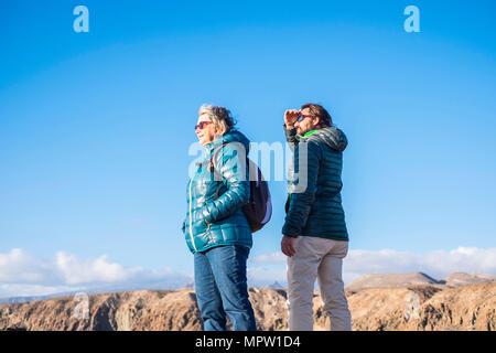 Ältere Mutter und 45-Jahre alten Sohn gute Zeit zusammen verbringen, Wandern und Beobachten der Schönheit, die Sie umgibt - Stockfoto