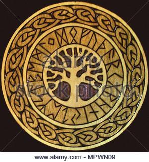Holz Plakette dargestellt mit der Welt Baum (Yggdrasil). Kopie nach einem alten nordischen Erleichterung. - Stockfoto