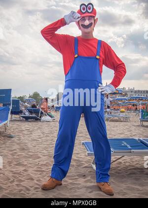 RIMINI, Italien - 22 JULI 2017: junge cosplayer Mann in der Mario Kostüm am Strand posieren - Stockfoto