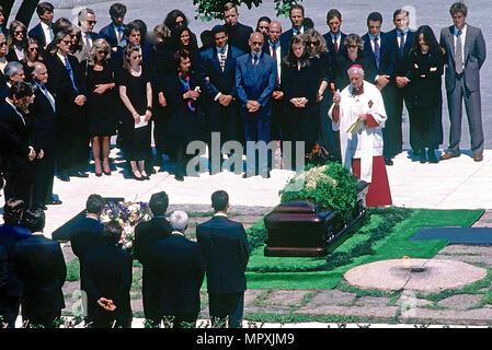 Washington, DC., USA, 23. Mai 1994 Jackie Onassis Beerdigung Jacqueline Kennedy Onassis war am Montag auf dem Arlington National Cemetery in Washington neben eine ewige Flamme, die Sie vor drei Jahrzehnten am Grab ihres ermordeten Mannes beleuchtet, der 35. Präsident der Vereinigten Staaten begraben. - Stockfoto