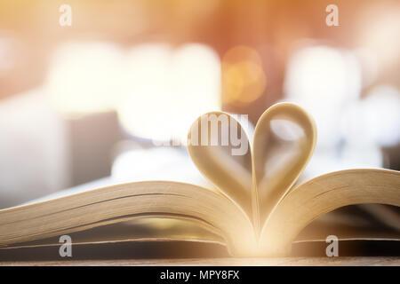 Buch in Herzform, Weisheit und Bildung Konzept, World Book und copyright Tag - Stockfoto
