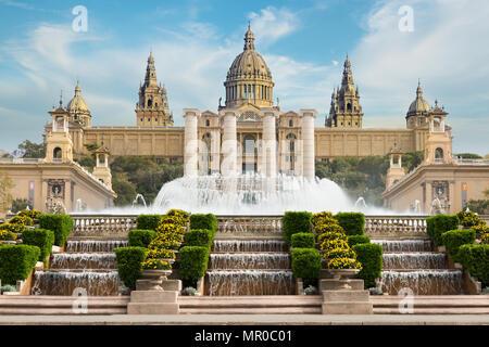 Barcelona Plaça de Espanya, das Nationalmuseum mit magischen Brunnen am Nachmittag in Barcelona. Spanien. Das Wahrzeichen der Stadt in Spanien. - Stockfoto
