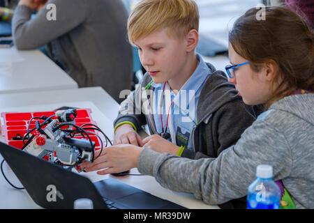 Kinder lernen, wie ein Roboter in Skolkowo zu programmieren. - Stockfoto