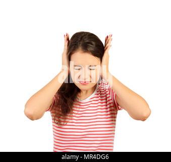 Verärgert girl bedeckte ihre Ohren mit den Händen. emotionale Mädchen auf weißem Hintergrund. - Stockfoto