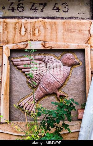 Berlin Prenzlauer Berg. Mauerpark Flohmarkt. Flecken und Risse Vogel auf der Wand der Mauersegler Restaurant & Biergarten und Biergarten im Park - Stockfoto