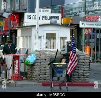 """Foto von Checkpoint Charlie (oder """"Checkpoint C"""") war der Name, der von den westlichen Alliierten zu den bekanntesten Berliner Mauer Berliner Grenzübergang zwischen Ost und West Berlin während des kalten Krieges (1947 - 1991). - Stockfoto"""
