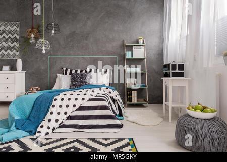 Grau Schlafzimmer mit Teppich, stilvolle Pendelleuchte und ...