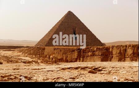 Die Pyramide des Menkaure, auf dem Plateau von Gizeh, Kairo, Ägypten, ist der kleinste der drei Pyramiden von Gizeh. Es wird gedacht, gebaut worden zu sein als das Grab der vierten Dynastie der ägyptischen Pharao Menkaure. ca. 2500 v. Chr. zu dienen - Stockfoto