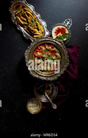 Griechische Hackfleischbällchen in Tomatensauce auf einem dunklen Hintergrund - Stockfoto
