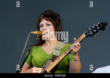 Engel Olsen Sänger führt im Konzert - Stockfoto