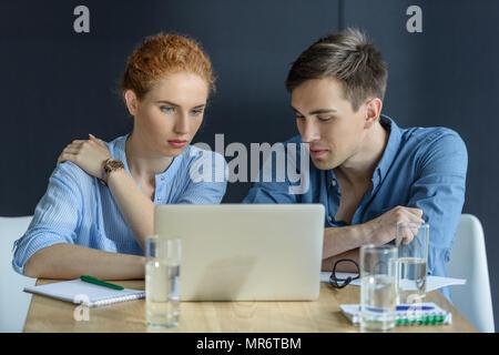 Nachdenklich Geschäftsmann und Geschäftsfrau, die am Projekt in modernen Büro - Stockfoto
