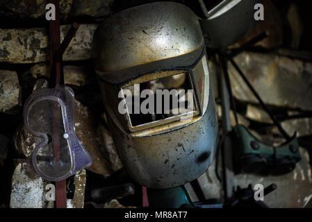 Ein schweisser Helm und Schutzbrille hängen an der Wand in einem Workshop auf einer Südafrikanischen Farm in der Eastern Cape - Stockfoto