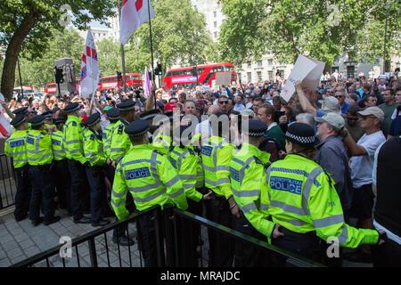 London UK 26 Mai 2018 Rechtsextreme fans Protest außerhalb der Downing Street anspruchsvolle Version von Tommy Robinson, die für den Bruch des Friedens vor einem Gericht in Leeds am 25. Mai wegen des Verdachts auf Verstoß gegen den Frieden festgehalten wurde. - Stockfoto