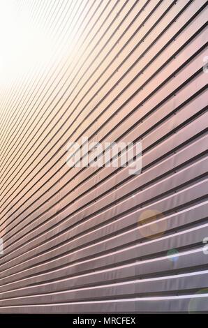 Die Beschaffenheit der Wand ist aus Metall Beschichtung von riesigen Aluminium Platten der Entlastung Form mit horizontalen Kerben gemacht. Eine Vielzahl von Metal siding close-up - Stockfoto