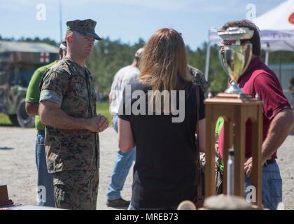 Us Marine Corps Generalmajor John Liebe, Links, Kommandierender General, 2d Marine Division (2D MARDIV), Gespräche mit Zivilisten bei der 14. jährlichen Tiger Wettbewerb (TIGERCOMP) an SR-10 in Camp Lejeune, N.C., 9. Juni 2017. Der Zweck der TIGERCOMP ist die Entscheidung, die jeder Marine tank crew Fähigkeiten, Kommunikation, technische Kompetenz und Geschlossenheit beim Betrieb der M1A1 Abrams Tank prüfen. (U.S. Marine Corps Foto von Lance Cpl. Engel Travis) - Stockfoto