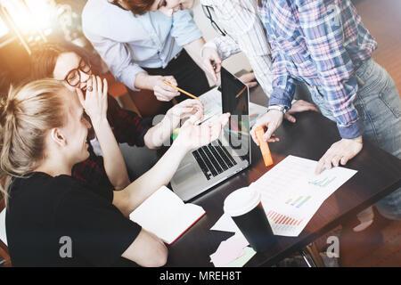 Mitarbeiter Team. Diskussionen über neue Projekt. Brainstorming Young Business Team in einem modernen Büro. Platz, Laptops und Schreibarbeit zu öffnen. - Stockfoto