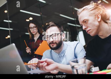 Projekt Manager recherchieren. Coworking Team gemeinsam an einem neuen sturt. Freundschaft kreative junge Leute und durch den Einsatz von modernen Laptops und p - Stockfoto