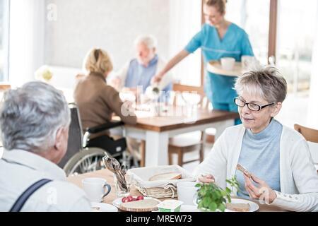 Ältere Erwachsene Mahlzeit in der Pflege zu Hause essen. - Stockfoto