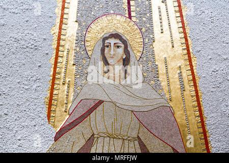 Caklov, Slowakei. 13. Mai 2018. Das Mosaik der Himmelfahrt der Jungfrau Maria. Die Pfarrkirche Mariä Himmelfahrt der Jungfrau Maria.
