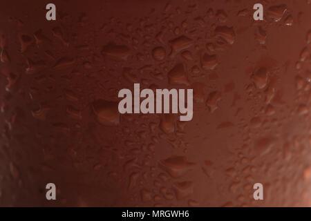 Wassertropfen auf einem Kunststoff braune Oberfläche - Stockfoto