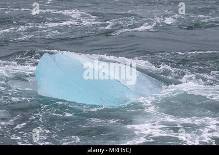 Die Gletscherlagune Jokulsarlon am Gletscher Breiðamerkurjökull, eine Steckdose auf die herrlichen Gletscher Vatnajökull, die jenseits davon liegt. Eis, Eis, Eis, Treibeis, Blue Ice Eisscholle, Meereisbildung und Funktionen, treibenden Eisblöcke, Luftmatratzen und Hängematten, eine große Packung von schwimmenden Eis auf dem Diamond Beach. Die jokulsarlon Gletscher, driften, Floating, Schmelzen, Erwärmung, Polar, Arktis, global, Gletscher, blau, kalt, Auftauen Landschaft, Meer lagoon Black Sand Beach, Island. - Stockfoto