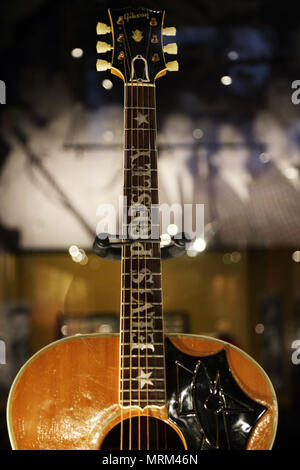 Elvis Presley's Gitarre Anzeige in der Elvis der Entertainer Karriere Museum. Graceland. das Zuhause von Elvis Presley in Memphis, TN. USA - Stockfoto