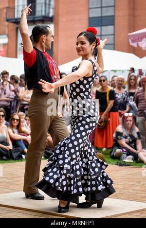 London, Großbritannien. 27. Mai 2018. Flamenco Tänzern die Massen an der Feria de Londres', auf der Southbank unterhalten. Das dreitägige Festival über die Bank Holiday Wochenende feiert die Kultur der andalusischen Region des südlichen Spanien durch Tanz, Essen und Musik. Credit: Stephen Chung/Alamy leben Nachrichten - Stockfoto