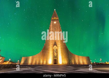 Aurora borealis über Kirche Hallgrimskirkja im Zentrum von Reykjavik in Island - Stockfoto