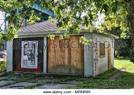 Windsor, Ontario, Kanada - 23 September, 2013 - - - Zugenagelten Garage mit einem Poster von Mahatma Gandhi mit dem Wort 'Smile' vor der Botschafter - Stockfoto