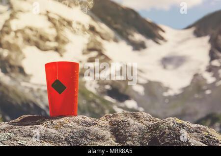 Tasse Tee. Warmes Getränk in Wald. Picknick im Wald. Tourismus und Reisen. Becher mit Tee inmitten der wunderschönen Seen und hohen Bergen - Stockfoto